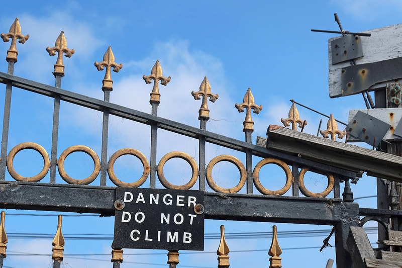 danger do not climb sign on fence